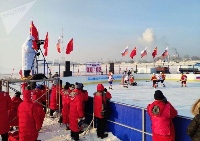 俄阿穆爾州冰球隊在結冰的阿穆爾河上舉辦的冰球賽中戰勝黑龍江省隊