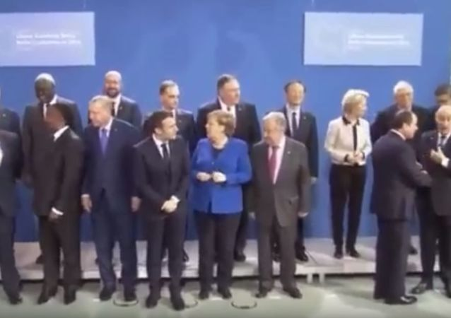 馬克龍和默克爾在柏林峰會合影時「找」普京