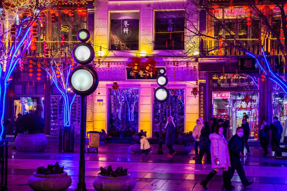 裝飾著節日燈籠和彩燈的前門大街