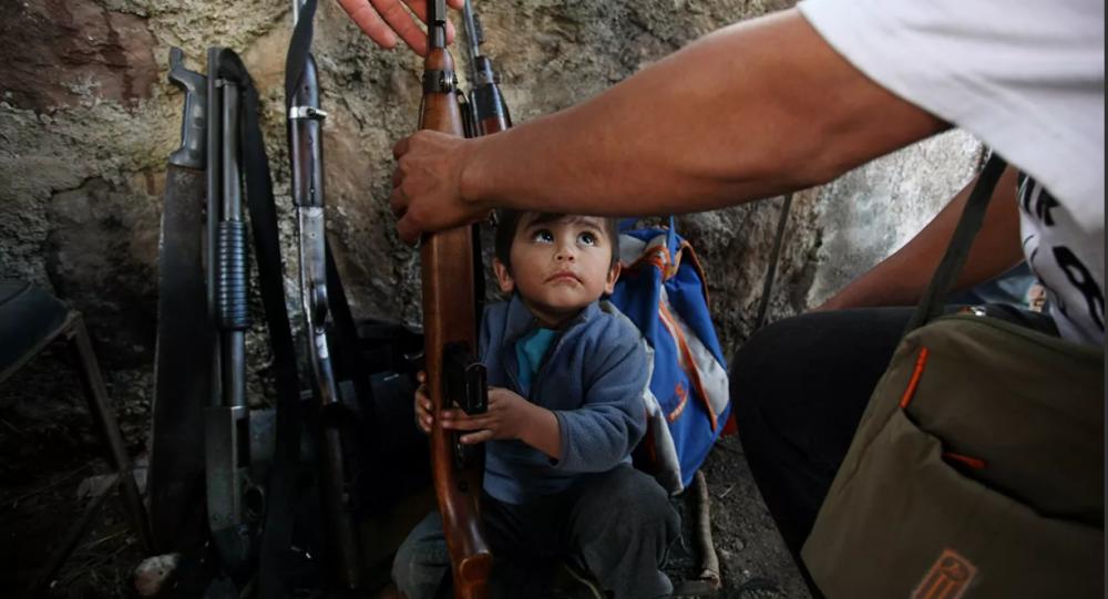 墨西哥南部6歲以上兒童配戴防身武器