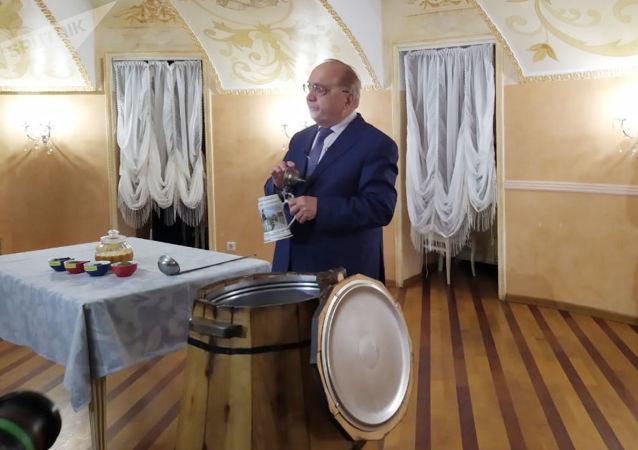 莫大校長維克托·薩多夫尼奇按獨家配方釀製傳統的大學生蜂蜜酒