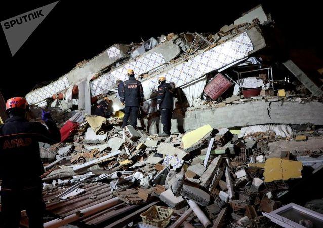 媒體:土耳其在震後從廢墟下繼救出一名2歲女孩後又救出其母親