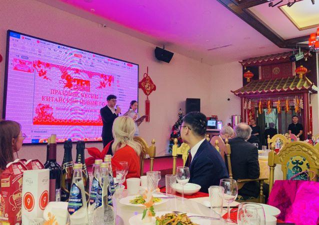張瑩在主持孔子學院新春聯誼會