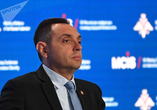 塞爾維亞防長:塞軍隊擬對移民關閉邊界