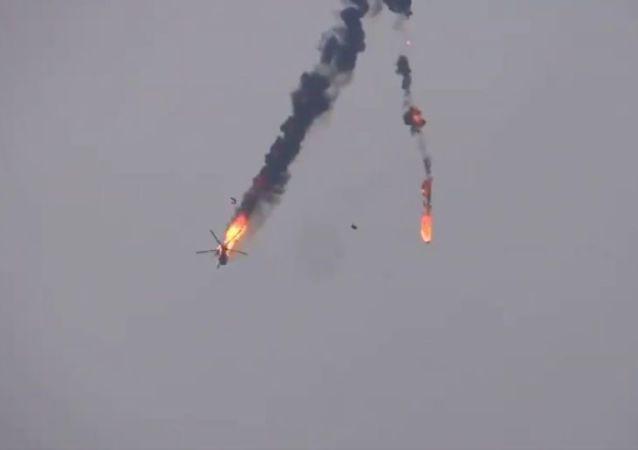 網上出現據稱被敘利亞武裝分子在阿勒頗附近擊落的敘利亞直升機視頻
