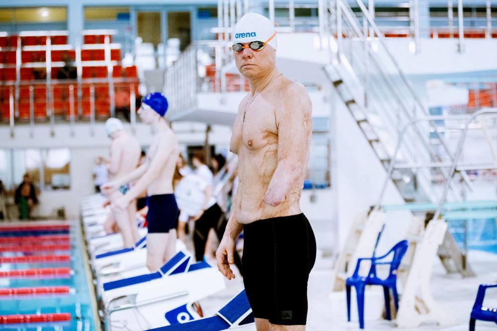白俄羅斯專業攝影師米哈伊爾·卡布恰克的攝影系列《游泳》中的作品《肖像》
