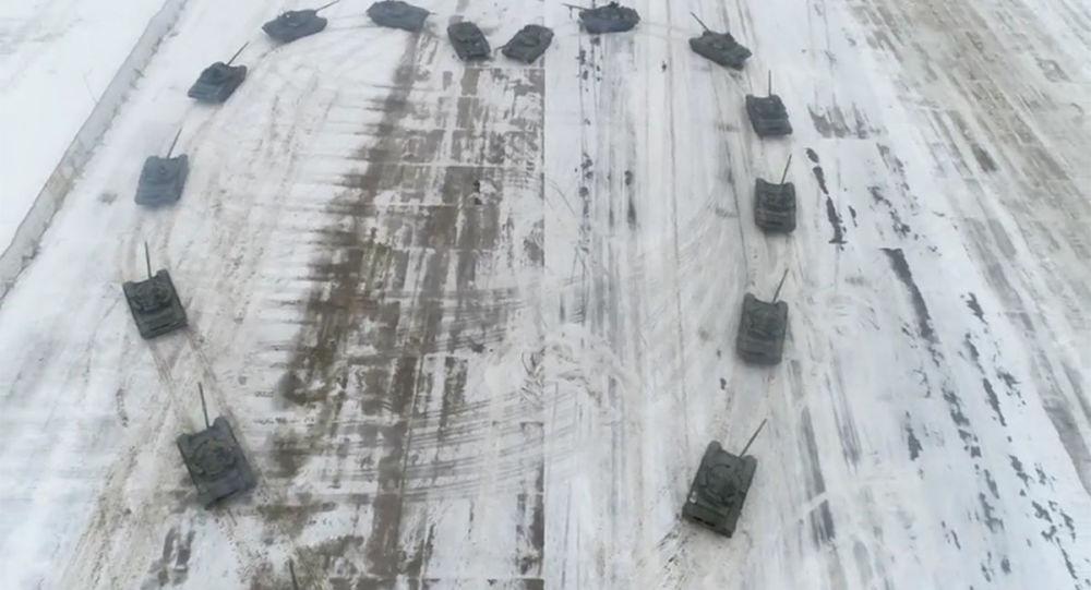 俄軍人用坦克組心形求婚成功