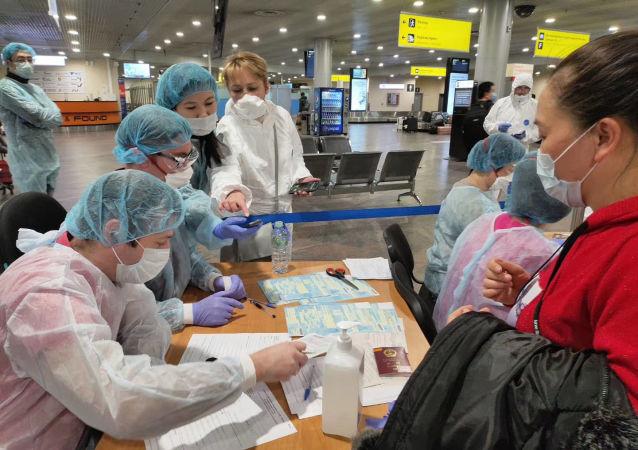 俄羅斯醫務人員在機場為中國乘客做登記