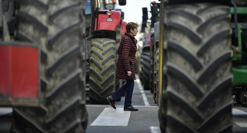 西班牙農民再次將拖拉機開上街舉行抗議活動