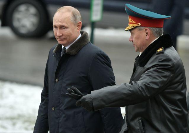 普京在海軍閱兵式後與紹伊古在飛機上舉行單獨會談