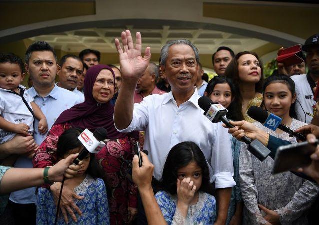 馬來西亞總理穆希丁 (中)