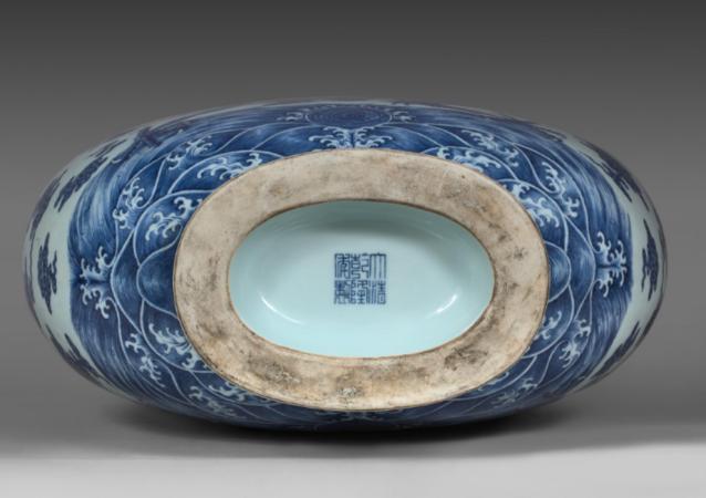 中國收藏家對乾隆年間的藝術品興趣濃厚 一買家高價拍下青花瓷寶月瓶