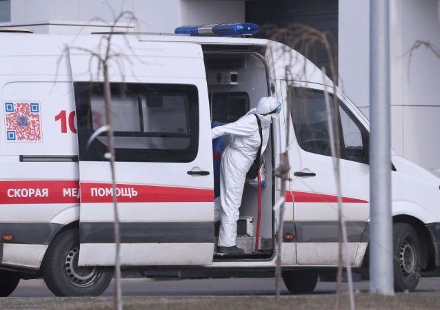 莫斯科州疑似新冠病毒患者醫院附近的救護車醫生