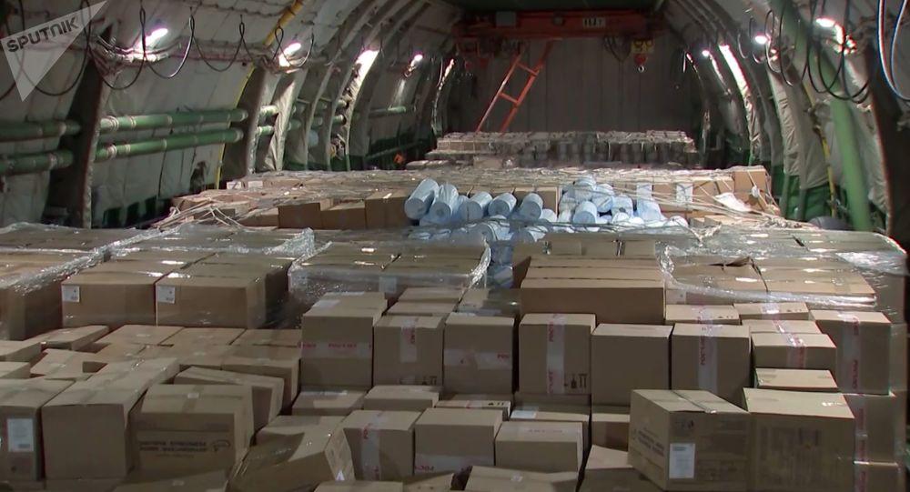 俄軍三防部隊對來自疫區的48架飛機進行消毒處理