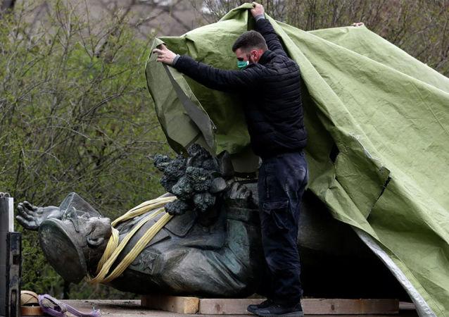 在布拉格拆除科涅夫元帥雕像