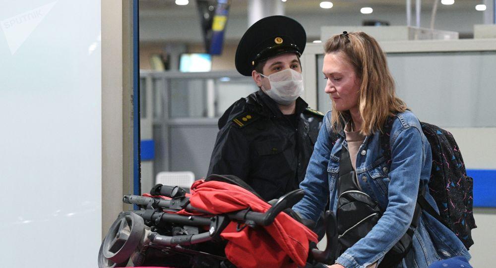女旅行者在謝列梅捷沃機場
