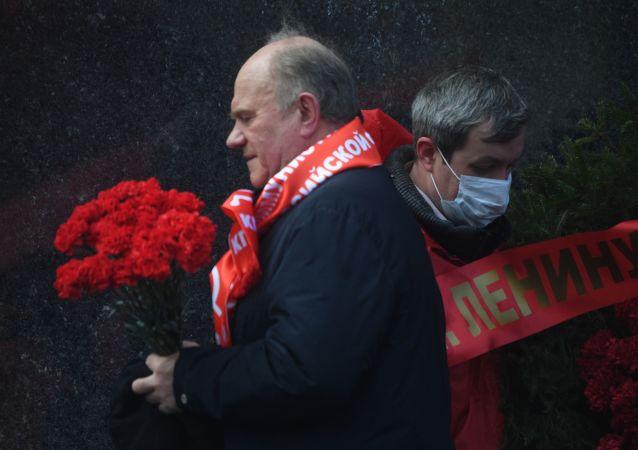 俄羅斯共產黨黨員在列寧150週年誕辰日向列寧墓獻花圈