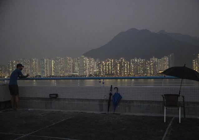 香港警方拘捕5男2女 因其涉嫌協助襲擊警務人員的罪犯逃離香港