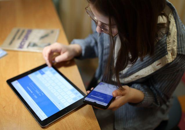 民調:三分之一俄小學生每天玩電子產品的時間超過8小時
