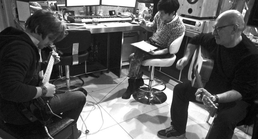 言凱玄與朋友一起在錄音室