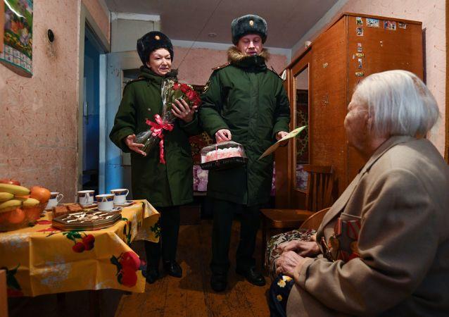 在勝利日為俄羅斯老兵在窗下唱歌種花