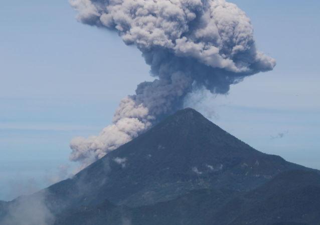 危地馬拉帕卡亞火山進入高度活躍期