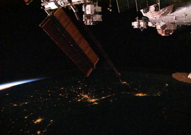 國際空間站宇航員使用探傷儀檢測俄艙段的裂縫