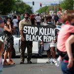 美國明尼阿波利斯的抗議者連續第二日無視宵禁上街遊行