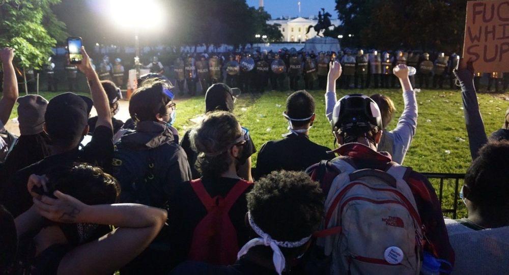 抗議者在白宮旁示威