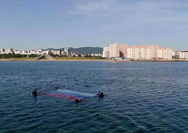 俄羅斯日黑海艦隊潛水員首次在採梅斯灣水下插國旗