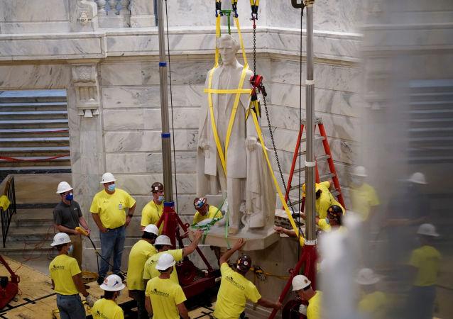 美國拆除奴隸制南方邦聯總統雕像時發現1936年藏匿的波本威士忌