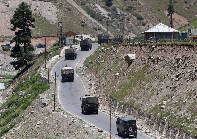 印度軍事車隊在克什米爾
