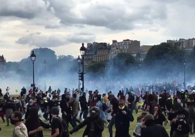 巴黎醫務人員16日抗議活動期間爆發騷亂