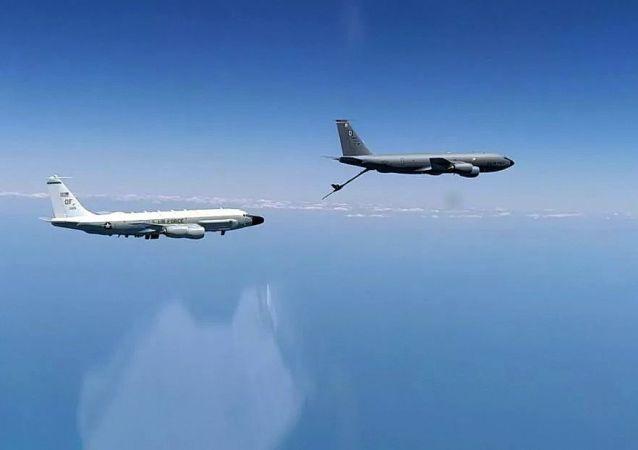 美國空軍的RC-135偵察機和KC-135加油機在黑海公海海域飛行(2020年6月26日)