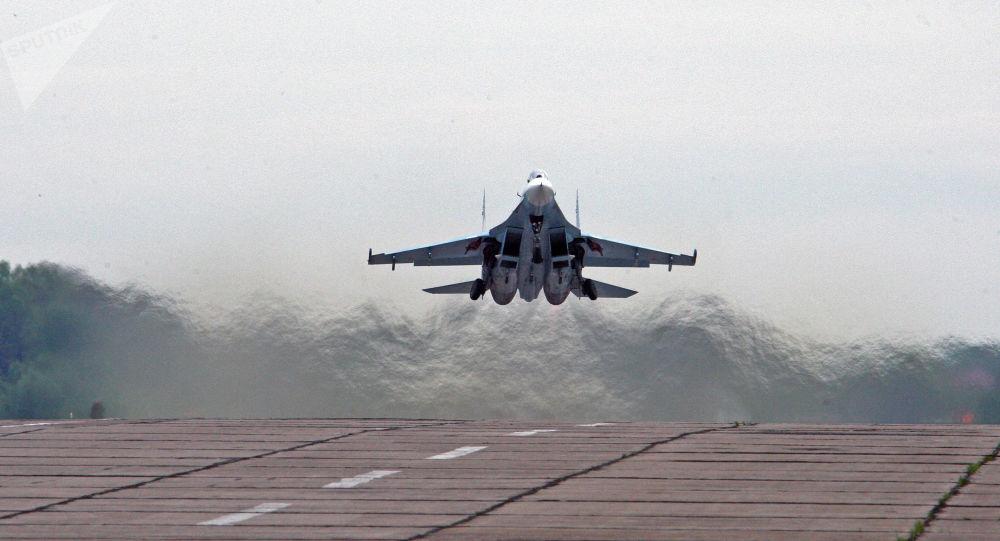 俄蘇-27戰機升空在黑海上空攔截美海軍飛機
