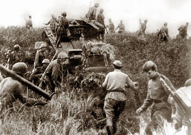 蘇軍步兵越過滿洲邊界。 1945年8月9日