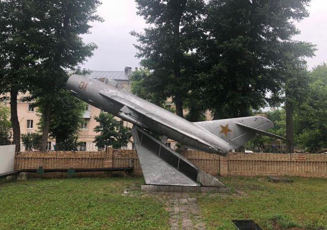 米格-17紀念碑