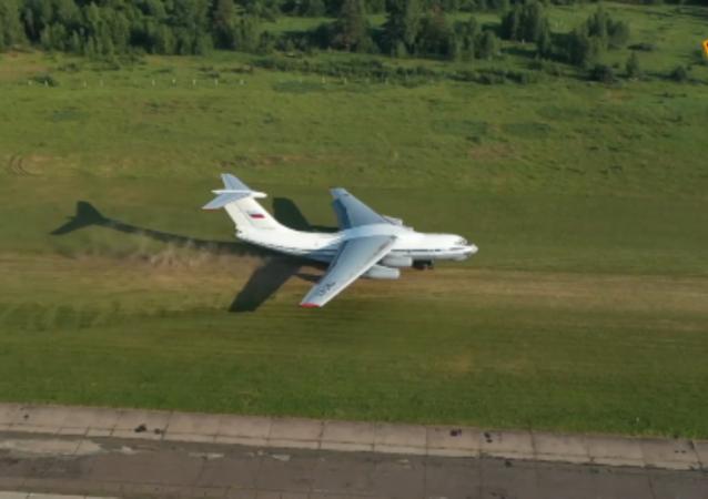 伊爾-76MD飛機在特維爾州演練著陸